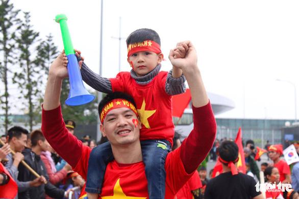 Ngóng chờ các người hùng tuyển Việt Nam hạ cánh sân bay Nội Bài - Ảnh 6.