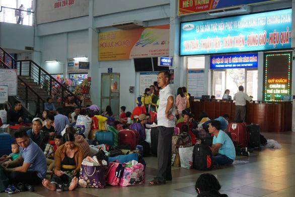 Tàu trật bánh, khách trải chiếu nằm vạ vật ở ga Sài Gòn chờ tàu - Ảnh 1.