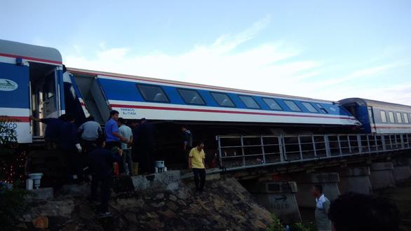 Tàu trật bánh, khách trải chiếu nằm vạ vật ở ga Sài Gòn chờ tàu - Ảnh 5.