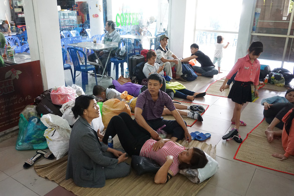 Tàu trật bánh, khách trải chiếu nằm vạ vật ở ga Sài Gòn chờ tàu - Ảnh 3.