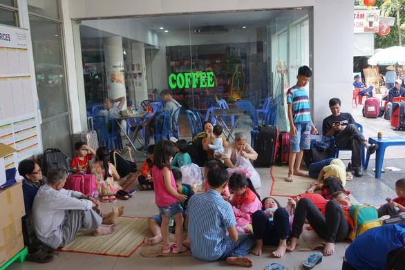 Tàu trật bánh, khách trải chiếu nằm vạ vật ở ga Sài Gòn chờ tàu - Ảnh 2.