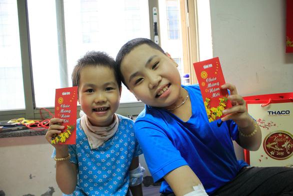Mang Tết yêu thương đến với bệnh nhi ung thư tại Hà Nội - Ảnh 1.