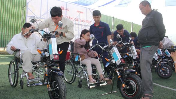 Làm xe điện tặng người khuyết tật - Ảnh 1.
