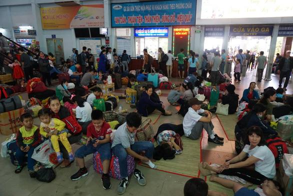 Nhiều tàu tiếp tục chậm giờ ở ga Sài Gòn, khách vạ vật chờ cả ngày - Ảnh 3.