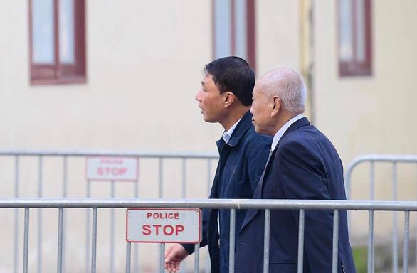 Đang xét xử 2 cựu thứ trưởng vì giúp Vũ nhôm thâu tóm đất công - Ảnh 1.