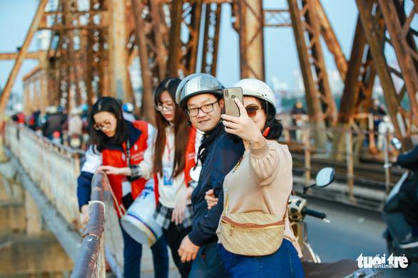 Chờ sẵn trên cầu, xin túi nilông của người thả cá chép - Ảnh 5.