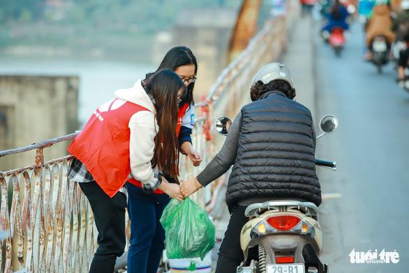 Chờ sẵn trên cầu, xin túi nilông của người thả cá chép - Ảnh 3.