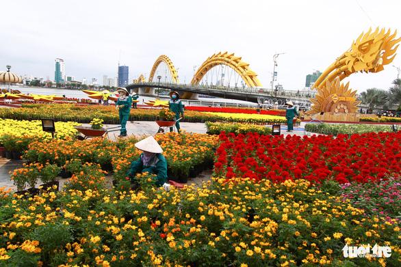 Nam nhân viên cũng tạo dáng chụp ảnh phố hoa  - Ảnh 2.