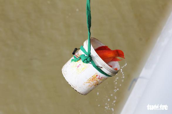 Túi nilông, vàng mã 'bức tử' sông Lam trong ngày cúng ông Táo - Ảnh 3.