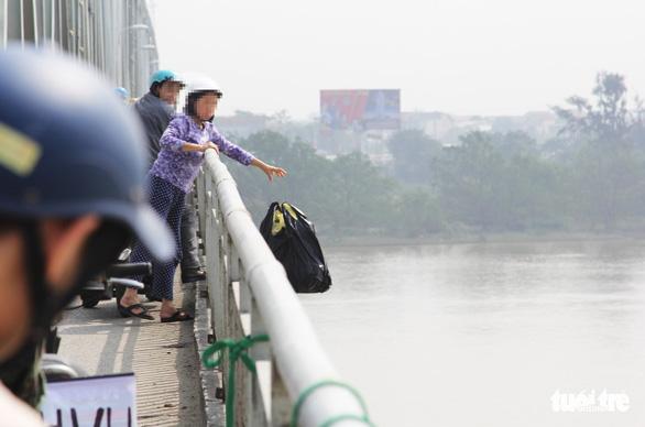 Túi nilông, vàng mã 'bức tử' sông Lam trong ngày cúng ông Táo - Ảnh 7.