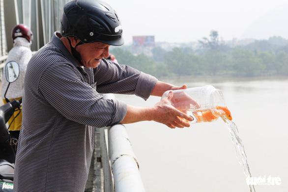 Túi nilông, vàng mã 'bức tử' sông Lam trong ngày cúng ông Táo - Ảnh 8.