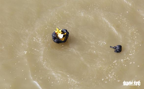 Túi nilông, vàng mã 'bức tử' sông Lam trong ngày cúng ông Táo - Ảnh 10.