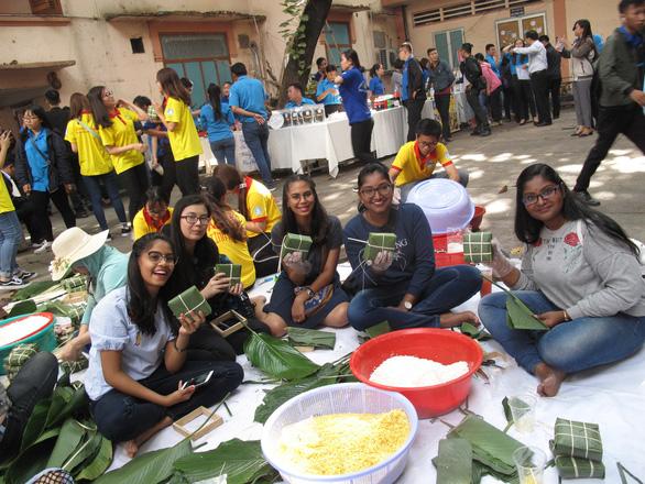 Sinh viên nước ngoài xông xáo gói bánh chưng, tìm hiểu tết Việt - Ảnh 3.
