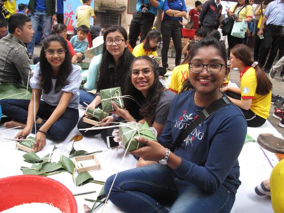 Sinh viên nước ngoài xông xáo gói bánh chưng, tìm hiểu tết Việt - Ảnh 4.