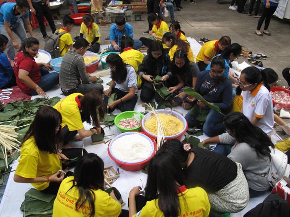 Sinh viên nước ngoài xông xáo gói bánh chưng, tìm hiểu tết Việt - Ảnh 2.