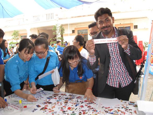 Sinh viên nước ngoài xông xáo gói bánh chưng, tìm hiểu tết Việt - Ảnh 5.