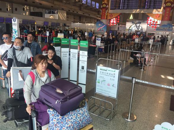 Dòng người Việt ở sân bay Đài Loan dài 100m chờ về quê ăn Tết - Ảnh 2.