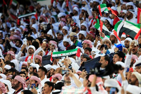 Cổ động viên UAE la ó khi Qatar hát quốc ca, ném giày vào cầu thủ Qatar - Ảnh 6.