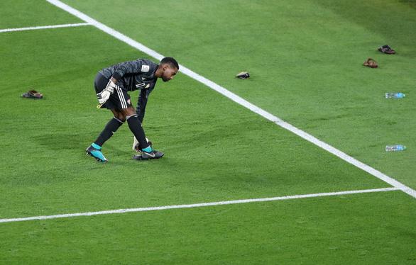 Cổ động viên UAE la ó khi Qatar hát quốc ca, ném giày vào cầu thủ Qatar - Ảnh 3.
