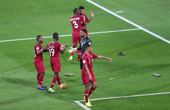 AFC điều tra vụ cầu thủ Qatar bị ném giày tới tấp - Ảnh 1.