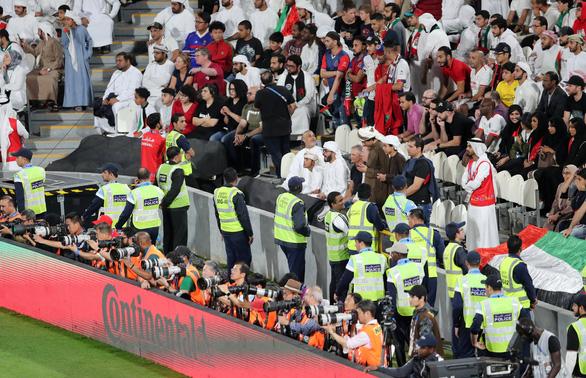 Cổ động viên UAE la ó khi Qatar hát quốc ca, ném giày vào cầu thủ Qatar - Ảnh 5.