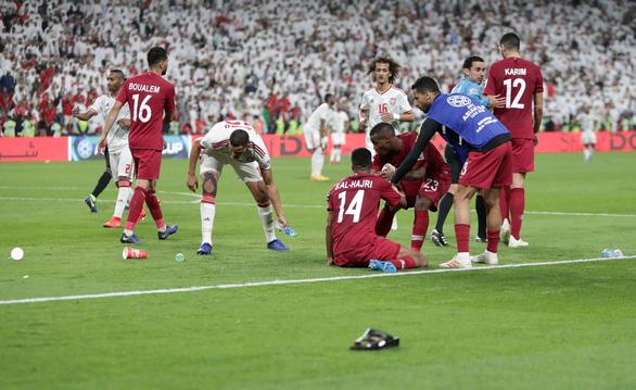 Cổ động viên UAE la ó khi Qatar hát quốc ca, ném giày vào cầu thủ Qatar - Ảnh 7.