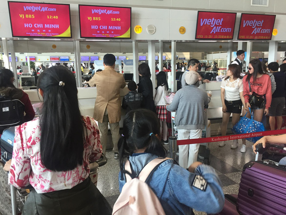 Dòng người Việt ở sân bay Đài Loan dài 100m chờ về quê ăn Tết - Ảnh 1.