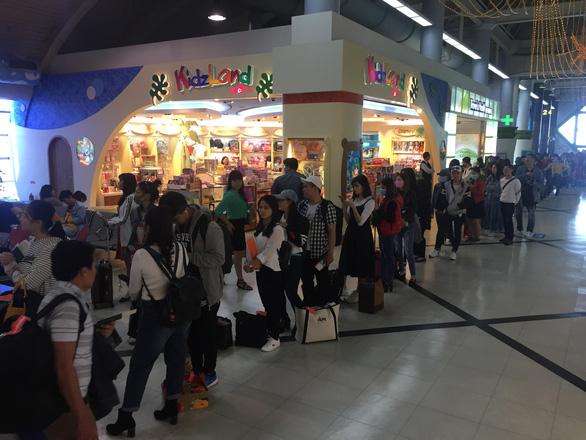 Dòng người Việt ở sân bay Đài Loan dài 100m chờ về quê ăn Tết - Ảnh 3.