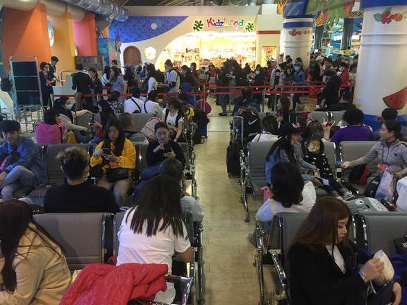 Dòng người Việt ở sân bay Đài Loan dài 100m chờ về quê ăn Tết - Ảnh 4.