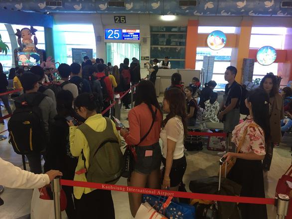 Dòng người Việt ở sân bay Đài Loan dài 100m chờ về quê ăn Tết - Ảnh 5.