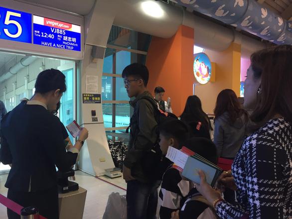 Dòng người Việt ở sân bay Đài Loan dài 100m chờ về quê ăn Tết - Ảnh 6.