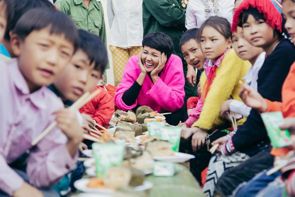 Hhen Niê cùng bạn trẻ Hà Nội lên Tây Bắc tặng bánh chưng yêu thương - Ảnh 2.