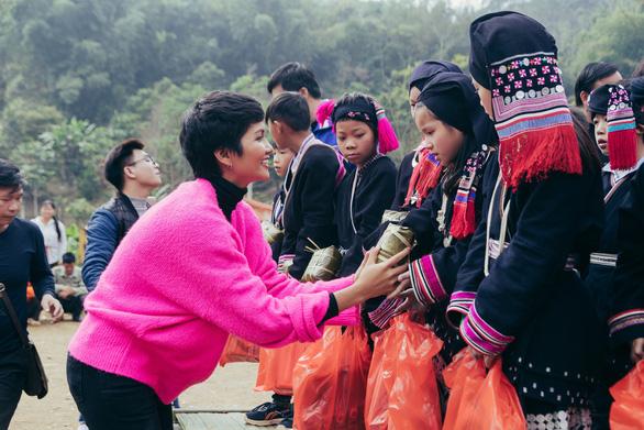 Hhen Niê cùng bạn trẻ Hà Nội lên Tây Bắc tặng bánh chưng yêu thương - Ảnh 1.