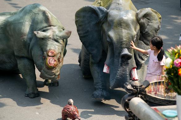 Tê giác, voi quỳ kêu cứu ở sân chùa Vĩnh Nghiêm, Minh Đăng Quang - Ảnh 1.