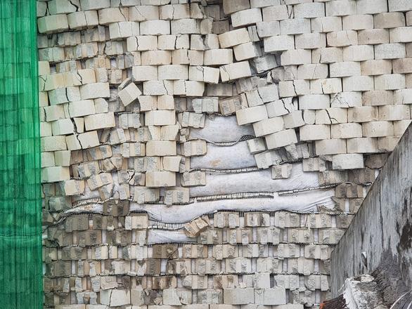 Di tản khẩn 18 hộ dân vì sợ bức tường thành dự án Đồi Xanh sụp đổ - Ảnh 3.