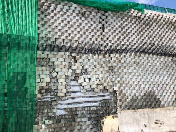 Di tản khẩn 18 hộ dân vì sợ bức tường thành dự án Đồi Xanh sụp đổ - Ảnh 2.