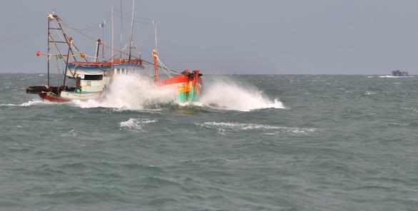 Bão số 1 đang qua vùng biển Cà Mau, diễn biến khó lường - Ảnh 1.