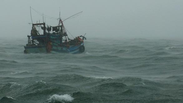 Tàu 954 hải quân ứng cứu tàu cá Cà Mau hỏng máy trên đường tránh bão - Ảnh 1.