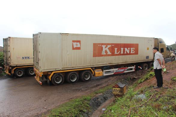 2 xe container sa lầy ở đèo Phượng Hoàng, quốc lộ 26 tắc nghẽn - Ảnh 2.