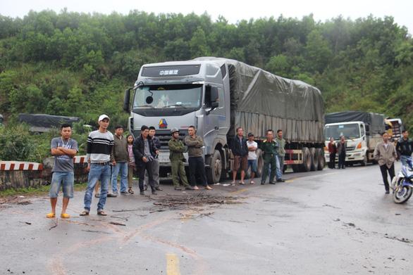 2 xe container sa lầy ở đèo Phượng Hoàng, quốc lộ 26 tắc nghẽn - Ảnh 4.