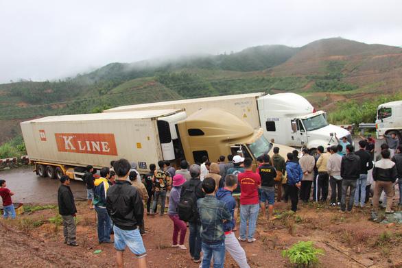 2 xe container sa lầy ở đèo Phượng Hoàng, quốc lộ 26 tắc nghẽn - Ảnh 1.