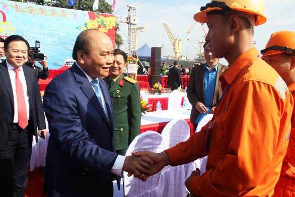 Thủ tướng Nguyễn Xuân Phúc chúc Tết công nhân cảng Hải Phòng - Ảnh 1.