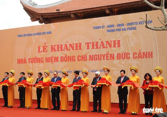 Thủ tướng Nguyễn Xuân Phúc chúc Tết công nhân cảng Hải Phòng - Ảnh 2.
