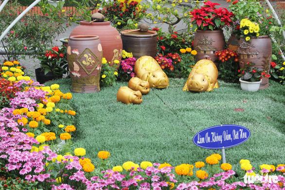Hàng loạt giỏ hoa trang trí tết trên đường phố Nghệ An bị trộm - Ảnh 3.