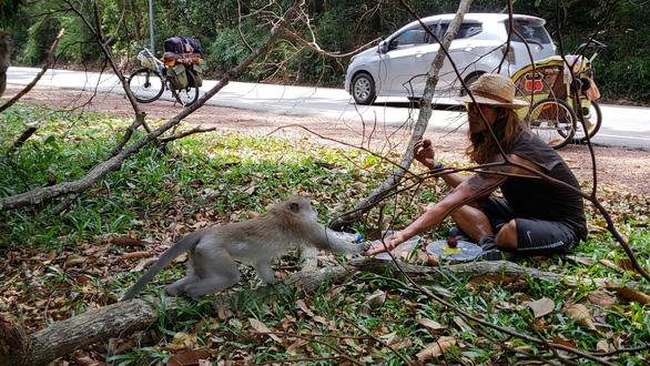 Người Việt Nam đầu tiên chạy 4.500km từ Hà Nội đến Singapore - Ảnh 8.