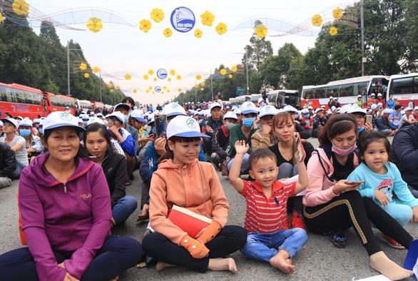 Chuyến xe xuân nghĩa tình đưa 5.000 công nhân về quê ăn tết - Ảnh 3.
