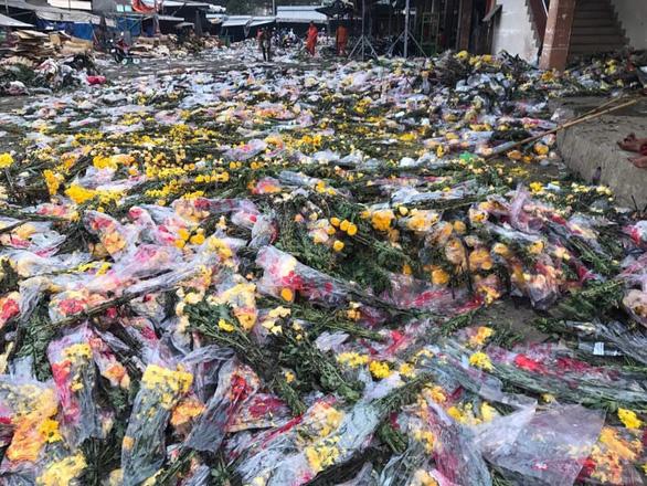 Tránh vỡ trận đổ bỏ, người bán hoa, trái giảm lượng nhập hàng - Ảnh 1.