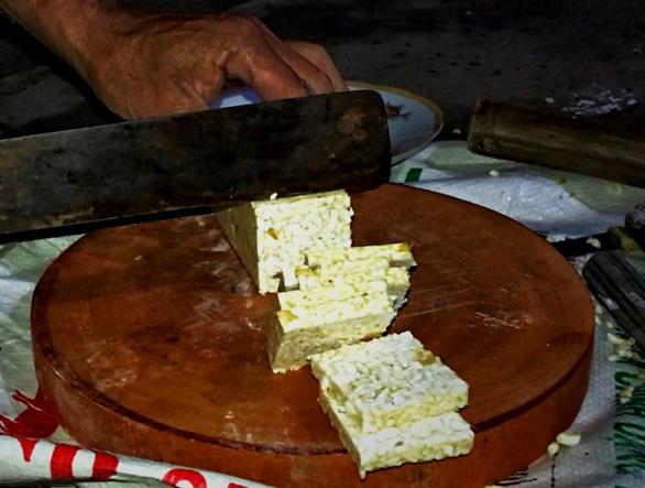 Phù Bài - rền vang tiếng đóng bánh khô - Ảnh 2.