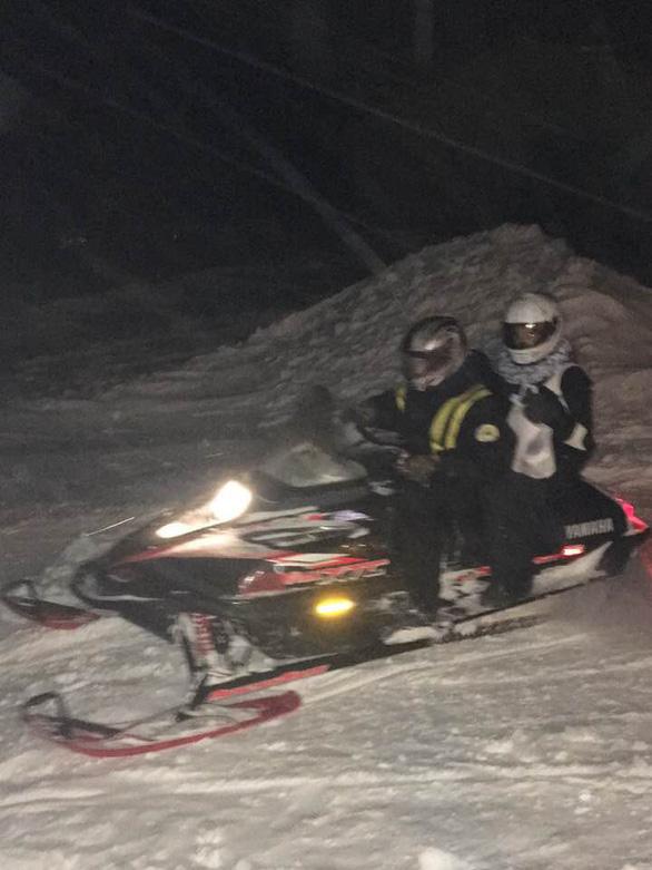 Trời lạnh như ở Bắc Cực, dược sĩ Mỹ dùng xe trượt tuyết giao thuốc - Ảnh 2.