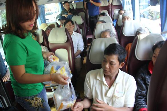 Chuyến xe nghĩa tình đưa bệnh nhân miền Trung về quê - Ảnh 4.
